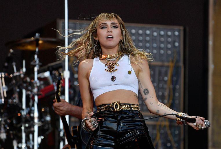 Angstige momenten voor Miley Cyrus, haar zus Brandi en haar moeder Tish. Toen het vliegtuig van de drie dames probeerde te landen in Engeland anderhalve week geleden ging het niet helemaal zoals gepland.