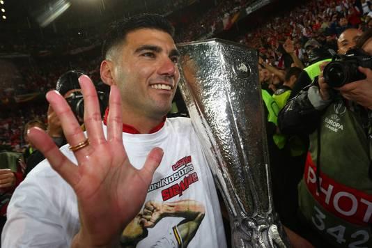 Reyes viert het winnen van de Europa League met Sevilla.