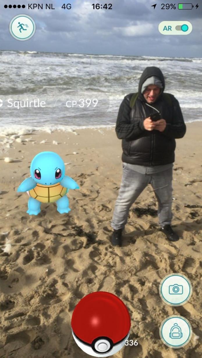 Marco Gerrits met Squirtle op het strand van Kijkduin.
