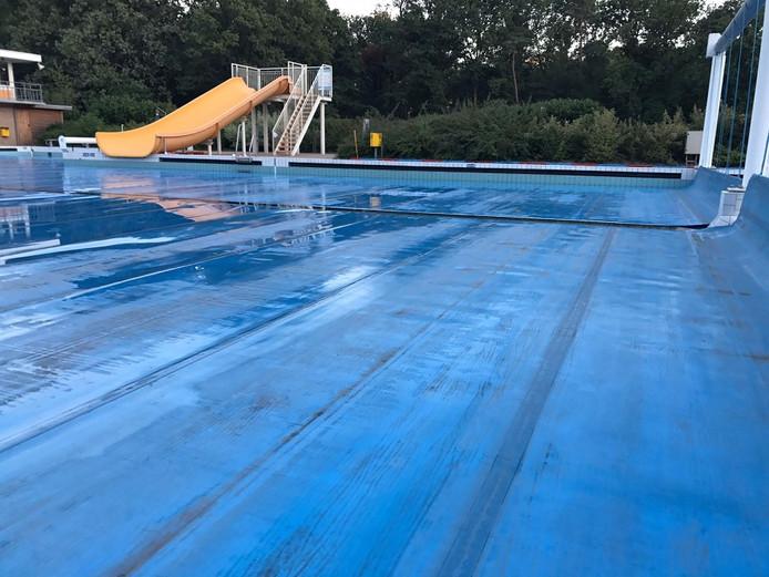 In anderhalf uur verdween 600 kuub water uit het zwembad.