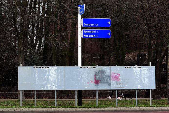 De Pastoor Bastiaansensingel in St. Willebrord is een van de elf plekken in de gemeente Rucphen waar de verkiezingsborden al een tijdje staan. Maar plakken, ho maar, de politieke partijen houden het kruit nog even droog.