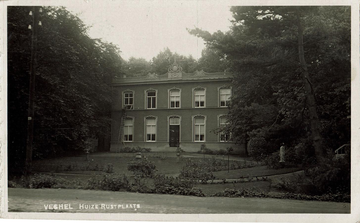 De ansichtkaart van Huize Rustplaats die in 1914 is verstuurd. Links in het midden de zonnewijzer, toen nog zonder paardje.