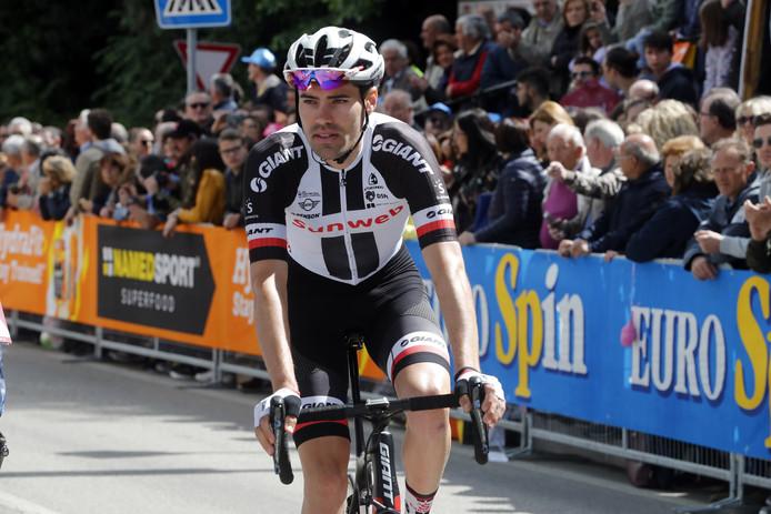 Tom Dumoulin komt in het peloton over de streep na een hectische Giro-etappe.