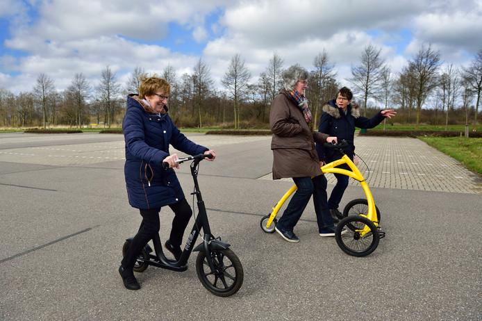Lucy Vismans legt de deelnemers aan de training uit hoe de loopfietsen werken.