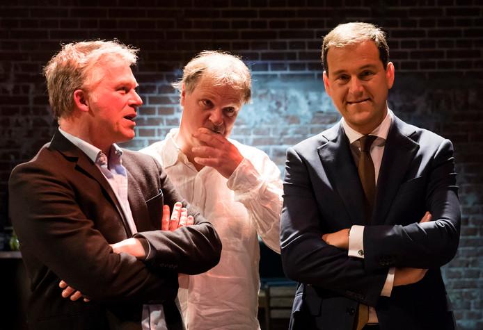 Wouter Bos, partijvoorzitter Hans Spekman en Lijsttrekker Lodewijk Asscher kijken naar de uitslagen van de verkiezingen.