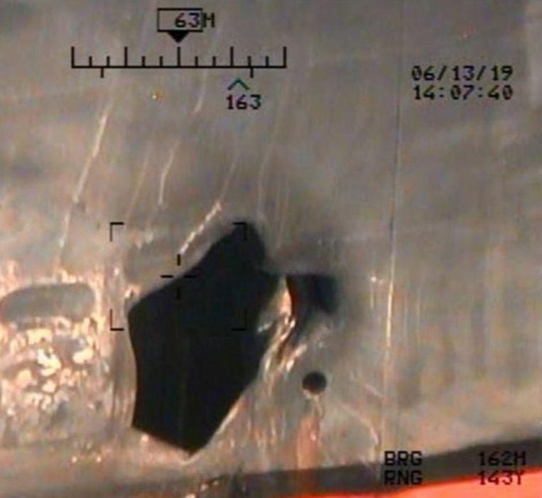 De schade aan het schip Kokuka Courageous als gevolg van een mijn.  Beeld REUTERS