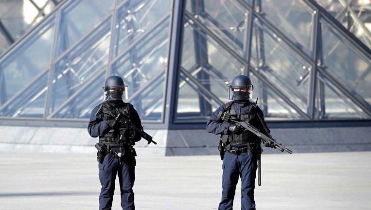 Twee soldaten voor de beroemde piramides van het Louvre Beeld reuters