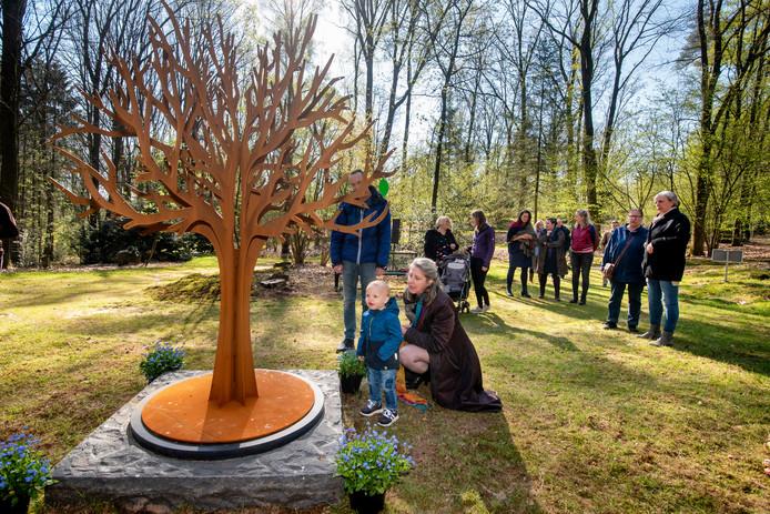 Opening van de 'Vergeet Je Niet Hof' op begraafplaats Heiderust in Rheden.