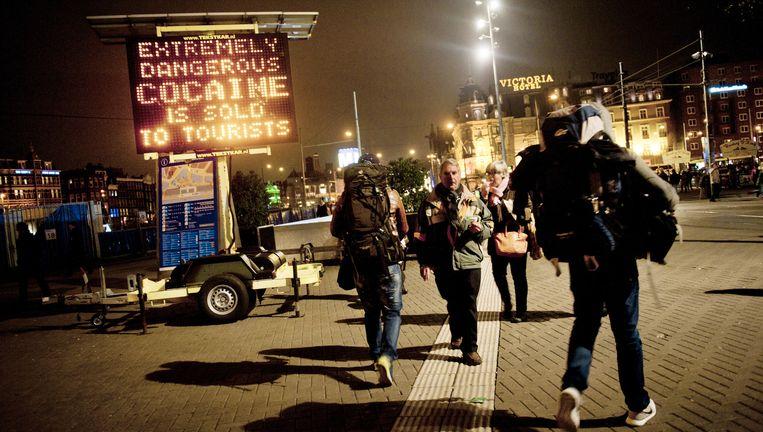 Een van de veelbesproken matrixborden die buitenlandse toeristen waarschuwden voor de gevaarlijke witte heroïne, hier bij Amsterdam Centraal Station. Beeld An-Sofie Kesteleyn