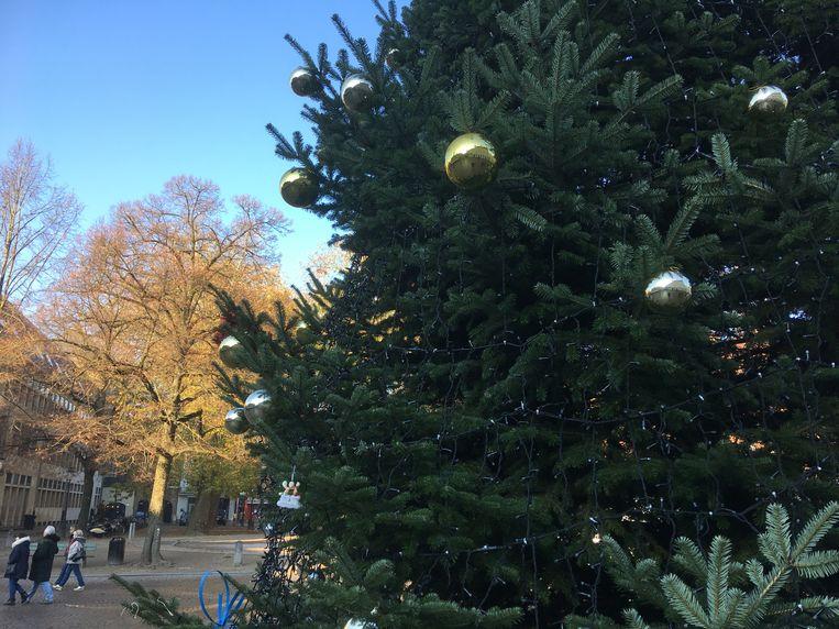 De zilveren en gouden ballen zorgen voor een gevulde boom.