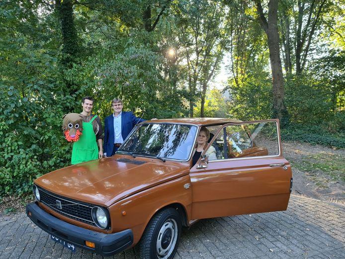 vlnr zoon Jeroen, Rien van den Broek en klant Carla Hendriks bij de stokoude aangepast Volvo 66.