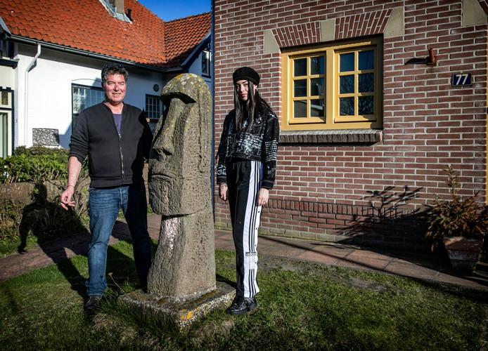 Olivier van Tetterode met zijn dochter Luna Laila bij het beeld van Paaseiland in de tuin. Het beeld is in 1962 gebruikt voor een 1 april grap bedacht door Edo van Tetterode, de vader van Olivier en de opa van Luna Laila.
