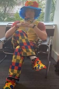 Il vient avec un clown à son entretien de licenciement