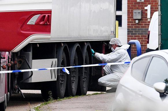 Forensisch onderzoekers zoeken naar sporen op de vrachtwagen, waarin woensdag 39 doden werden gevonden.