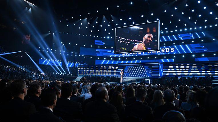 Alicia Keys houdt een eerbetoon voor de omgekomen Kobe Bryant. Beeld AFP