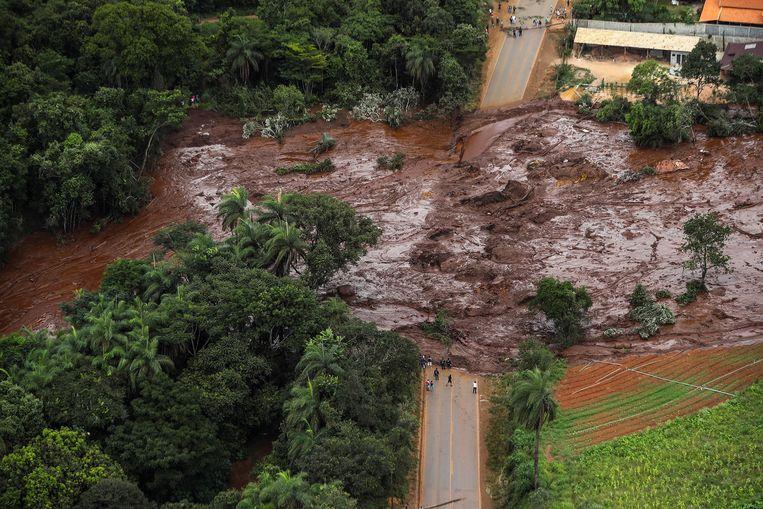 Een luchtfoto van de modder- en afvalstroom, veroorzaakt door de damdoorbraak in Brumadinho, Minas Gerais. Beeld EPA