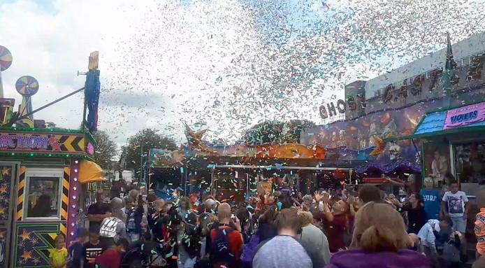 Tijdens de opening van de kermis in Roosendaal worden muntjes met confetti meegeschoten waarmee gratis kaartjes en 3 VIP-arrangementen  voor de kermis waren te winnen.