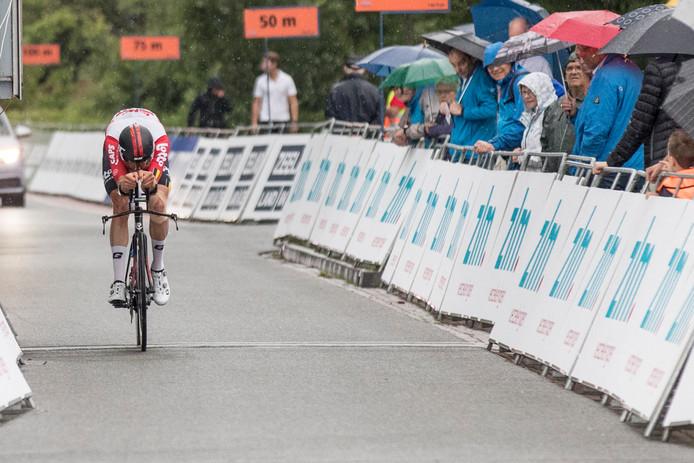 Brian van Goethem met een uiterste krachtsinspanning bij de finish in Yerseke.