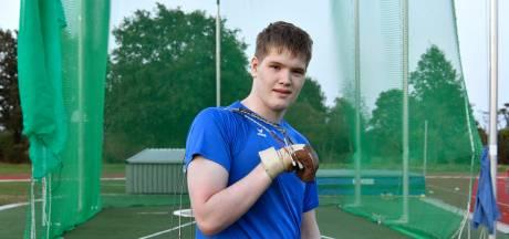 Floris (17) uit Borne slingert kogel steeds verder weg