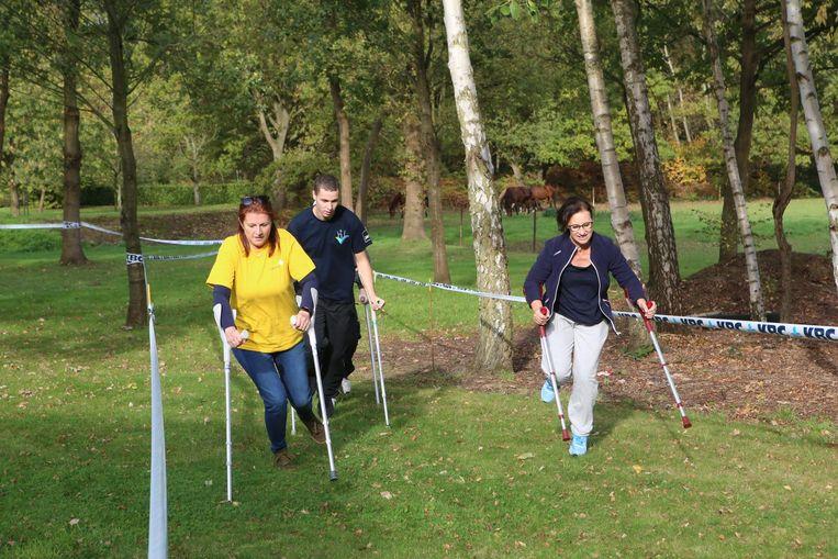 Met behulp van onder meer krukken en rolstoelen lopen acht teams een estafette, waarvan de opbrengst naar enkele goede doelen gaat.