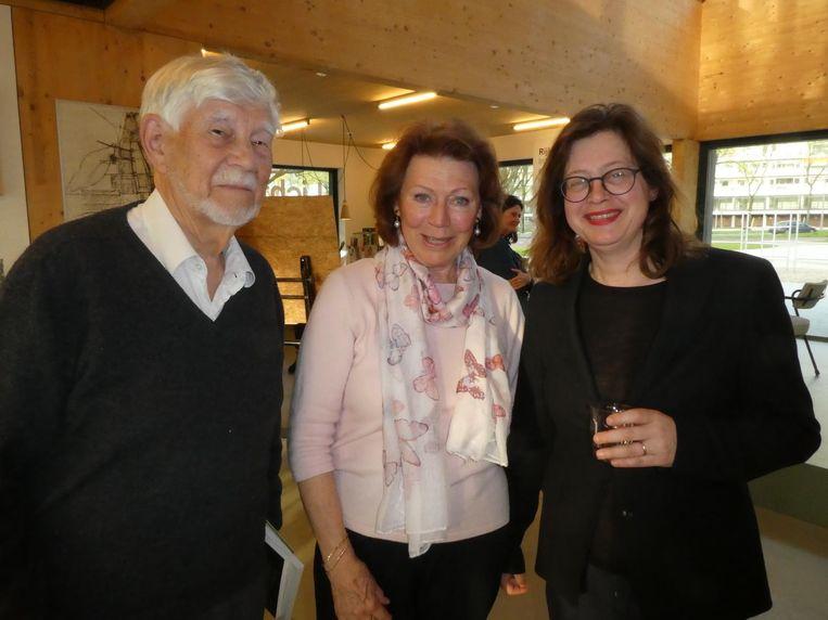 Bob Dickhout, die Het Parool leest sinds 1944, actrice Bruni Heinke ('Ik heb net mijn abonnement opgezegd.') en Anouk de Wit, directeur Van Eesteren Museum. Beeld Hans van der Beek