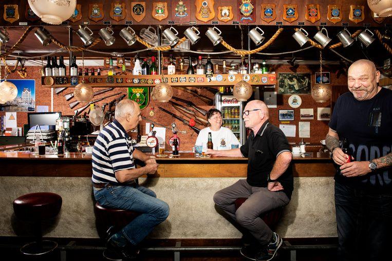 De bar, ook wel de Afdeling Sterke Verhalen genoemd. Beeld Niels Blekemolen