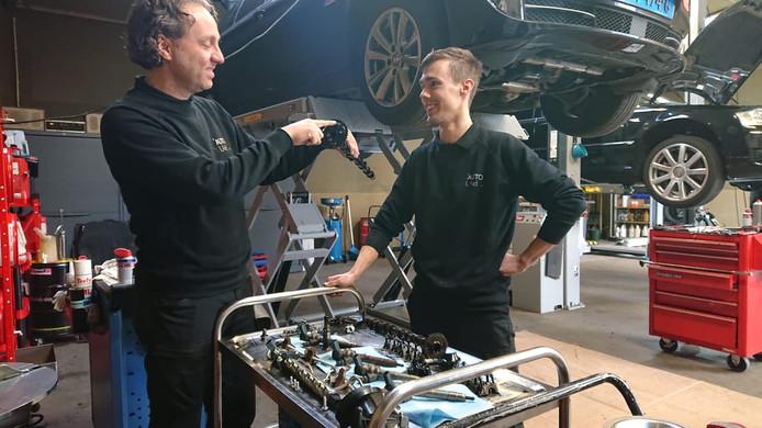 Martijn van Ras (l) en Thijs van Grinsven bij Autolab in Oss