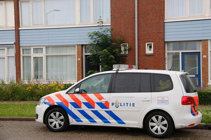 De politie bij de woning.