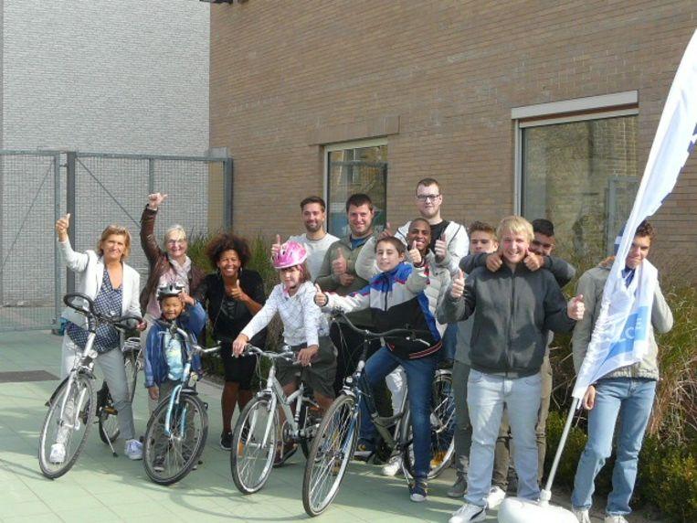 BuSO De Rozenkrans en BuBaO De Strandloper mochten 5 fietsen in ontvangst nemen, geschonken door Kiwanis Bachten de Kupe-La Joconde.
