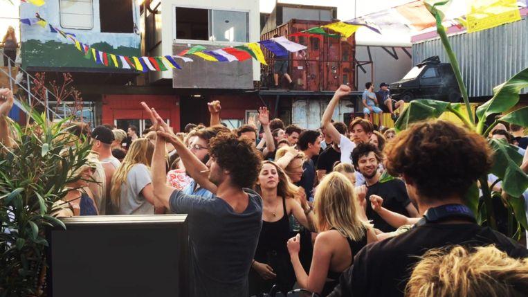 Dansen tussen de containers tijdens Sunday in the Treehouse Beeld Flip Peeters
