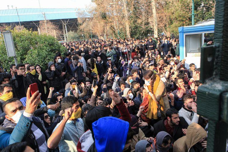 Studenten bij een protest bij de Tehran University in de Iraanse hoofdstad.    Beeld AP