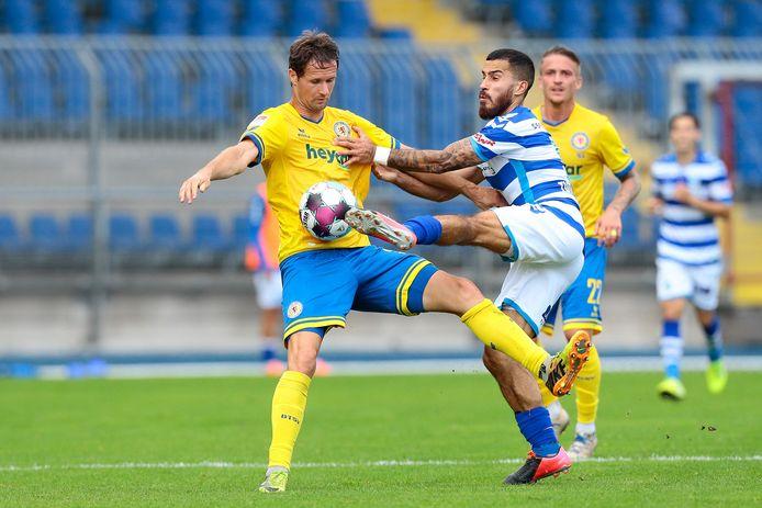 De Graafschap-linksback Jordy Tutuarima in actie tegen Eintracht Braunschweig.