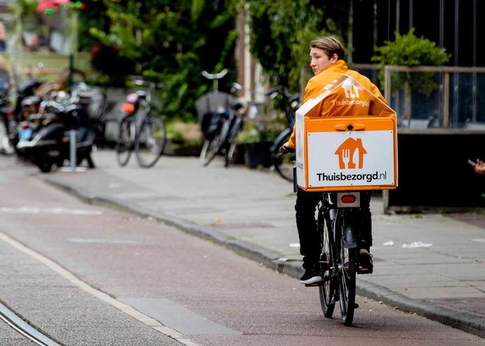 Een bezorger van Thuisbezorgd.nl onderweg om een bestelling af te leveren.