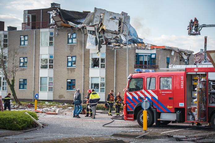 In een flatgebouw aan de Julianalaan/Bernhardlaan in Veendam heeft een enorme explosie plaatsgevonden. Door de knal is een groot deel van het flatgebouw verwoest.