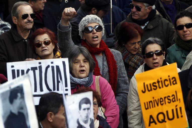 Mensen demonstreren voor Garzon. Beeld reuters