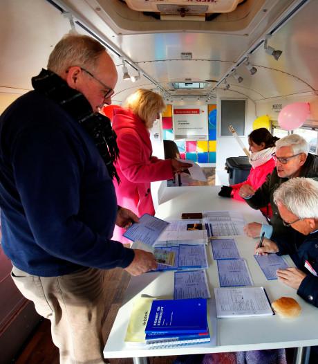 Onderweg met het mobiel stembureau: 'Mensen die ons zien denken: o ja verkiezingen'