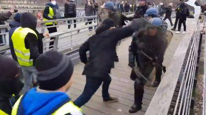 Bokser slaat agenten tot moes tijdens protest van Franse 'gele hesjes'
