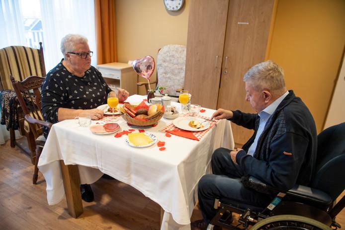 Aggie en Gerrit Bruns samen aan het ontbijt in het verpleeghuis Het Weggeler in Almelo.