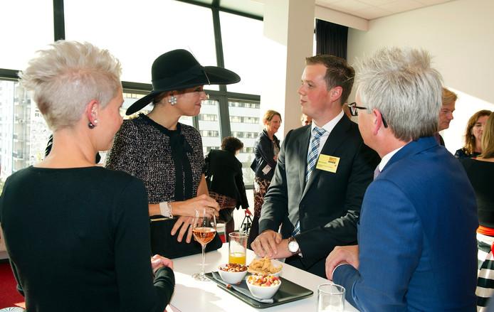 Koningin Máxima kijkt wijkverpleegkundige Boris van Zalk recht in de ogen.