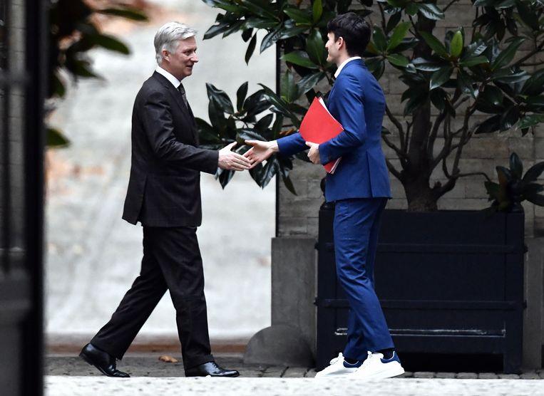 Sp.a-voorzitter Conner Rousseau groet koning Filip: onder zijn blauwe pak, spierwitte sneakers.