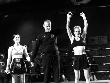 Lisa Bosveld (24) uit Arnhem wint kickboksgevecht in 15 seconden