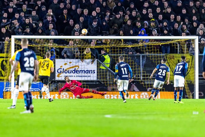 Vitesse krijgt een strafschop na ingrijpen van de VAR. De overtreding die Arno Verschueren maakte, blijkt binnen de zestien meter te zijn ingezet. Navarone Foor wil een Panenka maken, maar stift de bal over het doel.