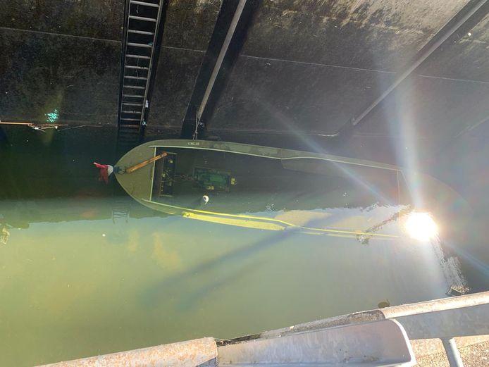 De sluis moest helemaal worden leeggepompt om de boot te kunnen bevrijden.