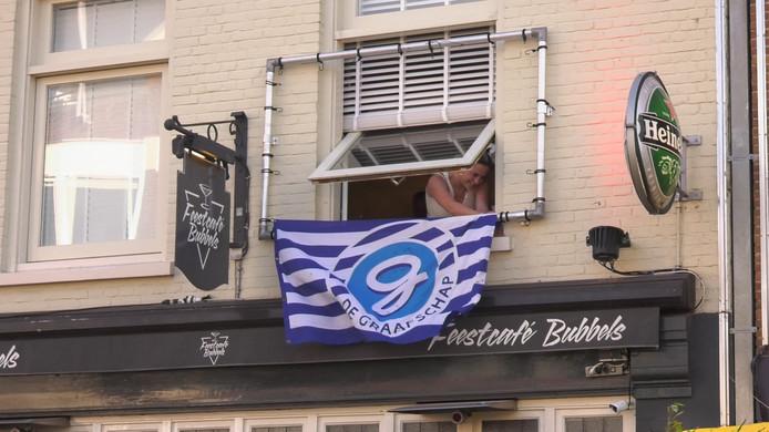 Support voor de superboeren in de binnenstad van Doetinchem. Feestcafé Bubbels biedt normaal voor de wedstrijd onderkomen aan de supporters van de Brigata Tifosi, maar was woensdag gesloten. Foto: Reinier Vermeer