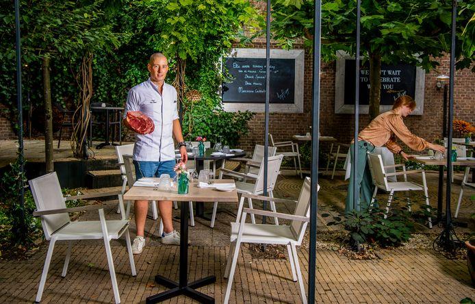 """Florian van Dillen in de binnentuin van zijn restaurant  MARA by Flipp: ,,Ik heb wel groene vingers, maar alleen van de artisjokken."""""""