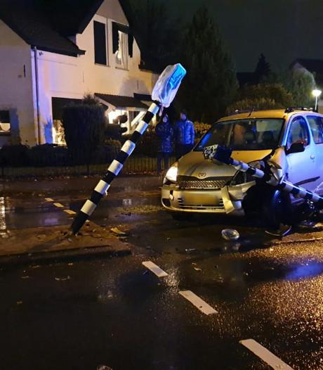 Eenzijdig ongeval op kruising in Enschede: omstanders bevrijden inzittenden