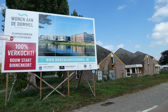 De sloop van bibliotheek De Brenthof loopt vertraging op door strenge regels bij afvoer grond.