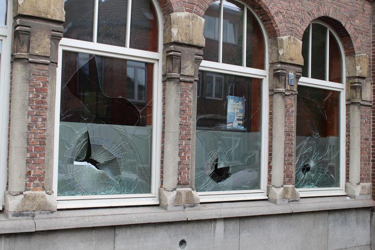 Dubbel glas of niet: de drie vandalen braken alle ramen van Meridiaan vzw langs de Kartuizerlaan.