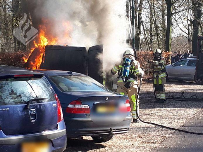 Het voertuig gaat hier in vlammen op.