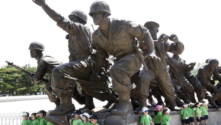 Zuid-Koreaanse kinderen staan bij het monument voor de Koreaanse oorlog (1950-53) in Seoul. Beeld AP
